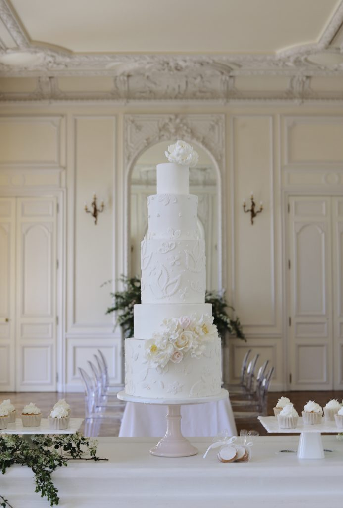 wedding cake blanc fleuri avec appliqués floraux modernes