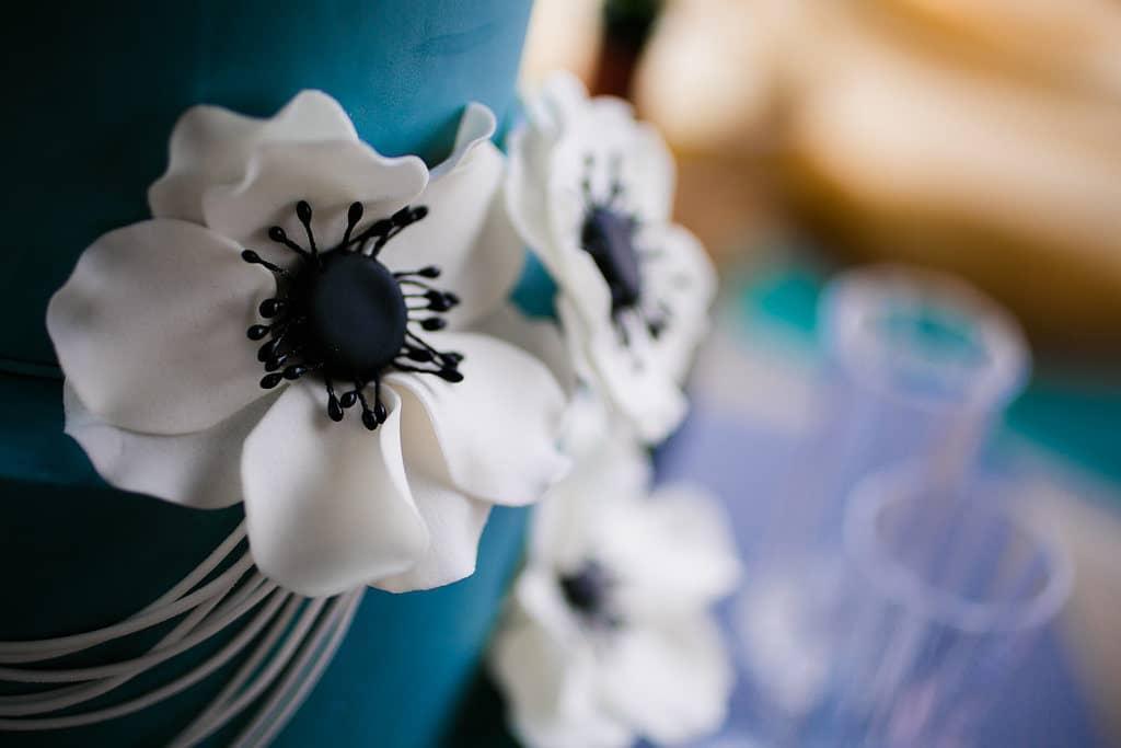 détail d'un wedding cake bleu décoré avec des anémones