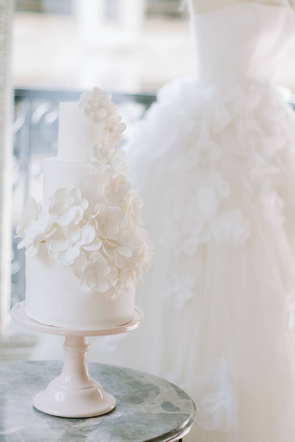wedding cake blanc volupteux avec es fleurs blanches