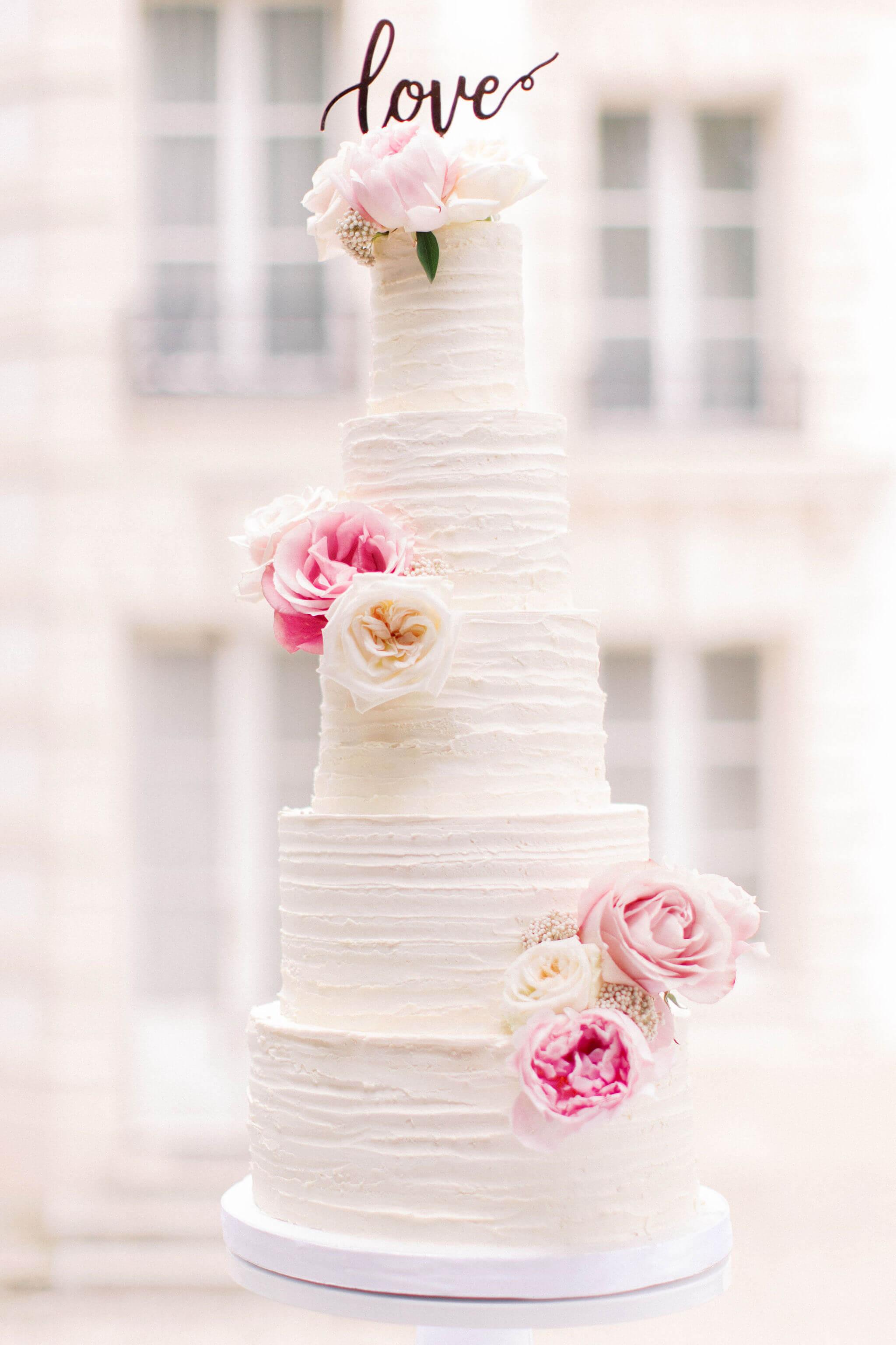wedding cake blanc finition crème avec roses couleurs vives