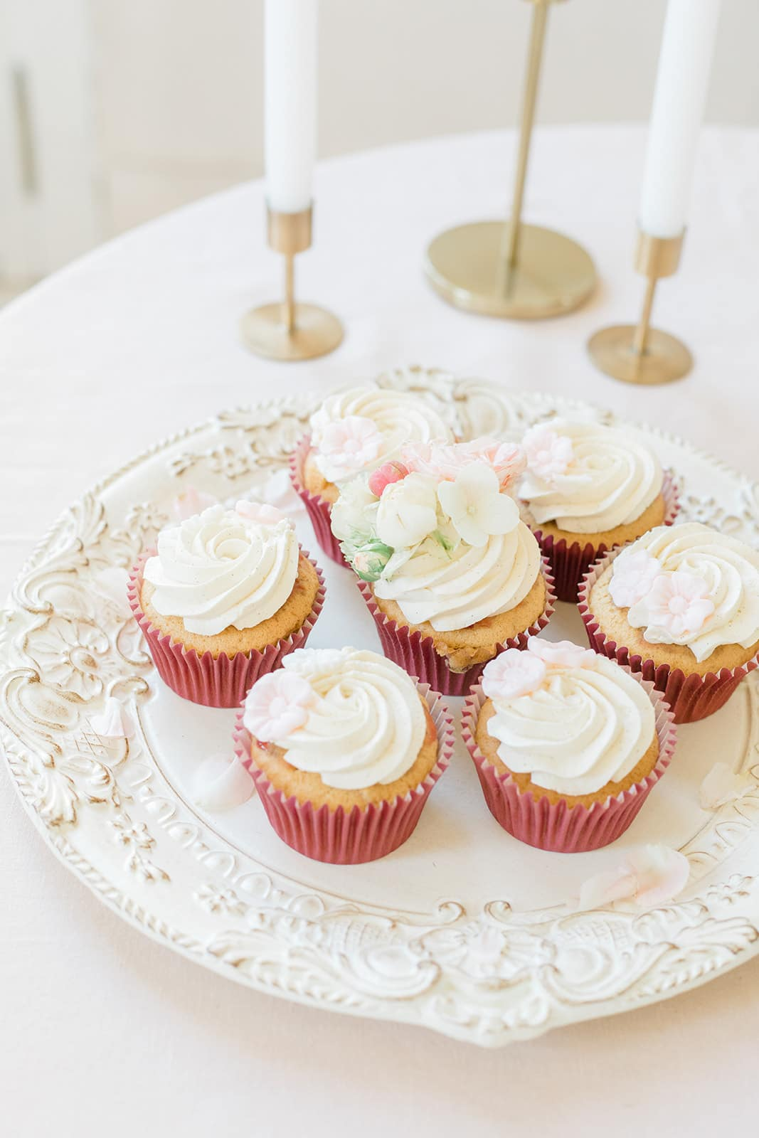 cupcakes de mariage présentés en assiette à dessert décorés de fleurs fraîches